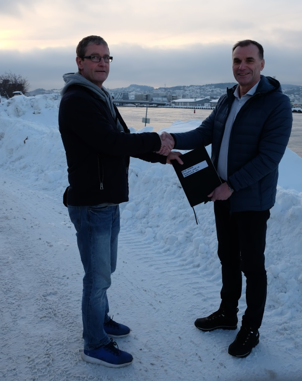 Rune Aspås (t.v.) overtok nylig aksjeeierboken fra Bjørn Tore Gellein